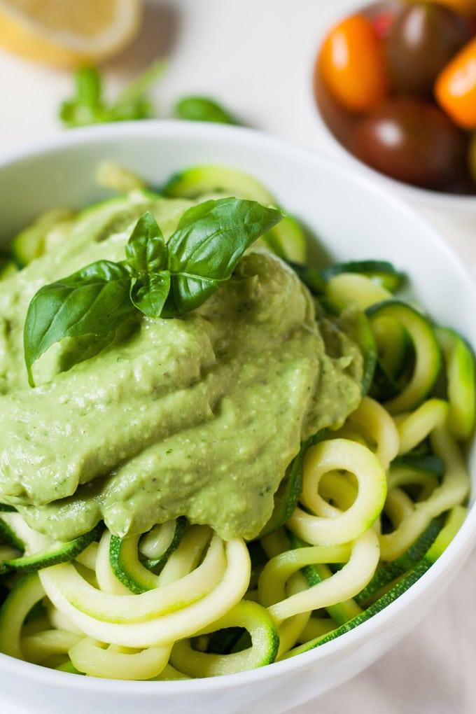 Zucchini-Spaghetti mit cremigem Avocadopesto. Schnell und super lecker - Kochkarussell.com