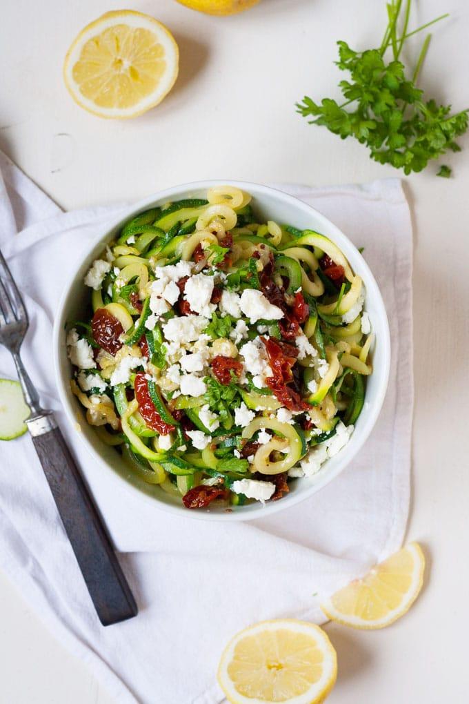 Werbung. Zucchini-Spaghetti mit getrockneten Tomaten und Feta. Dieses 10-Minuten Rezept ist Low Carb, schnell und einfach - kochkarussell.com