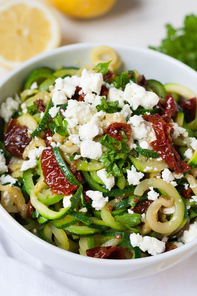 low carb zucchini spaghetti mit getrockneten tomaten und feta. Black Bedroom Furniture Sets. Home Design Ideas