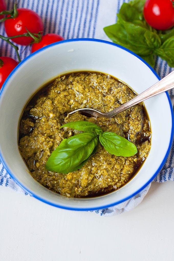 20-Minuten Caprese-Nudelsalat. Super einfach und SO lecker. Für dieses schnelle Rezept braucht ihr nur eine Handvoll Zutaten. Unbedingt probieren - kochkarussell.com