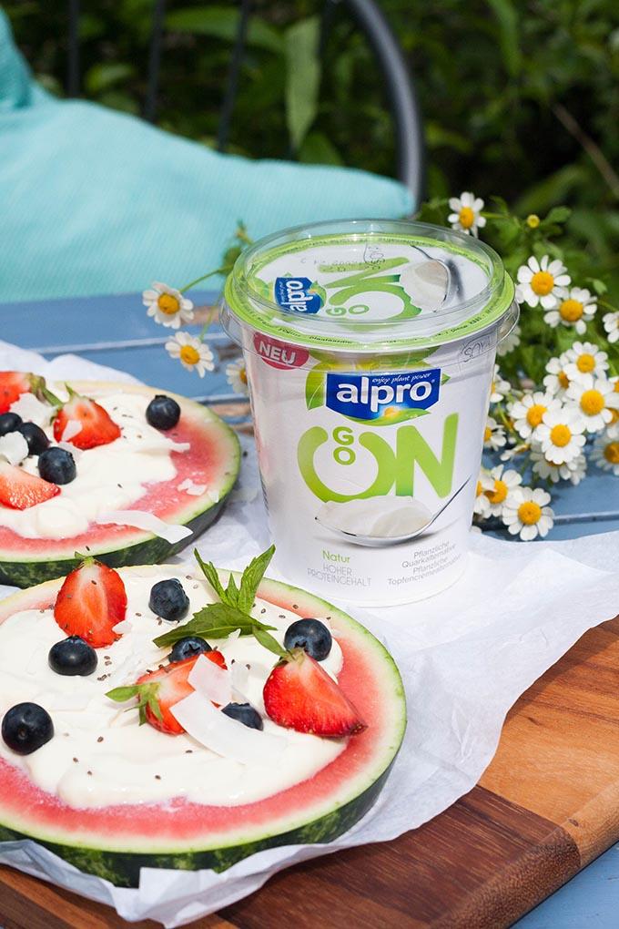 Erfrischende Wassermelonen-Pizza ist das perfekte Sommer-Dessert. Eine Handvoll Zutaten, in 10 Minuten fertig und sooo lecker - kochkarussell.com