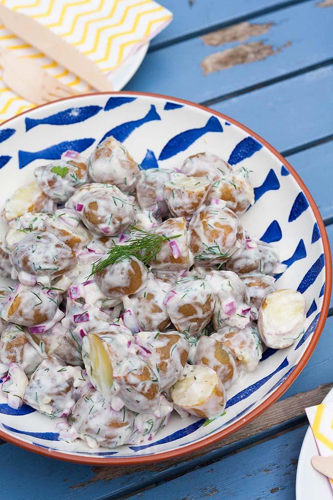 Kartoffelsalat mit Dill und Zitrone. Schnell, vegan und unwiderstehlich gut - kochkarussell.com