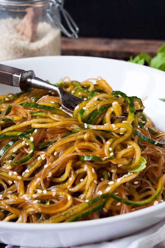 Werbung. Schneller Glasnudelsalat mit Gurken-Spaghetti, Sesam und Minze. Dieses 10-Minuten Rezept ist schnell, leicht und trotzdem sättigend. Sooo gut - kochkarussell.com