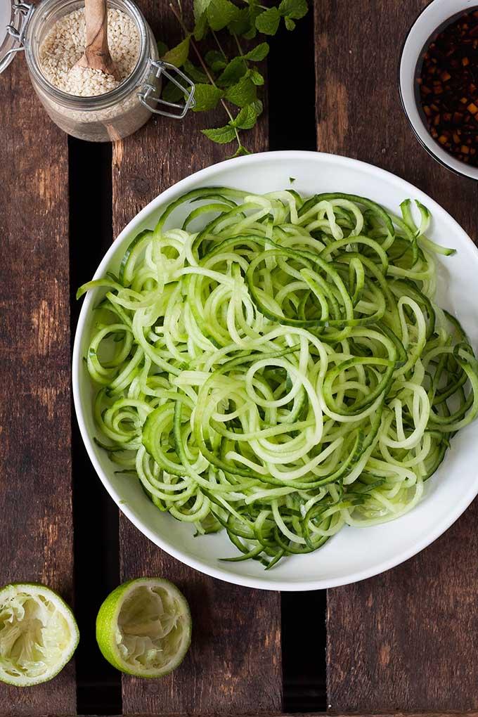 Werbung. Schneller Glasnudel-Salat mit Gurken-Spaghetti, Sesam und Minze. Dieses 10-Minuten Rezept ist schnell, leicht und trotzdem sättigend. Sooo gut - kochkarussell.com