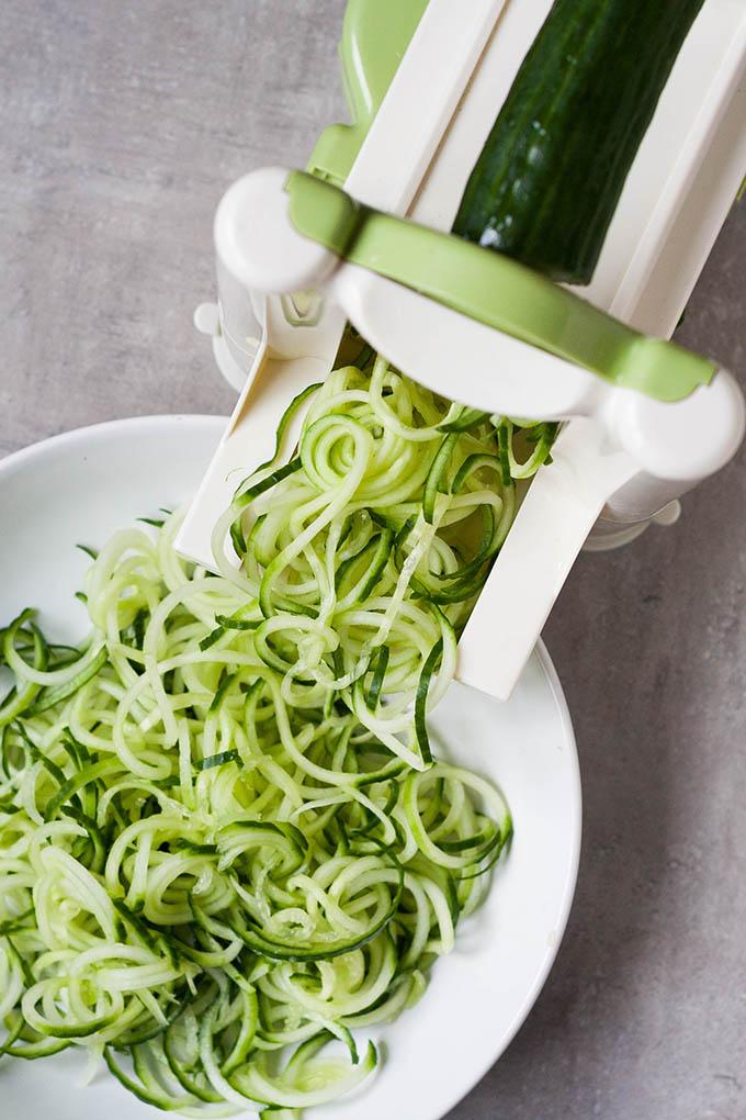 Werbung. 5-Minuten Gurken-Spaghetti mit Joghurt, Zitrone und Dill. Dieses Rezept aus sechs Zutaten ist erfrischend, schnell gemacht und richtig lecker. Unbedingt ausprobieren - kochkarusell.com