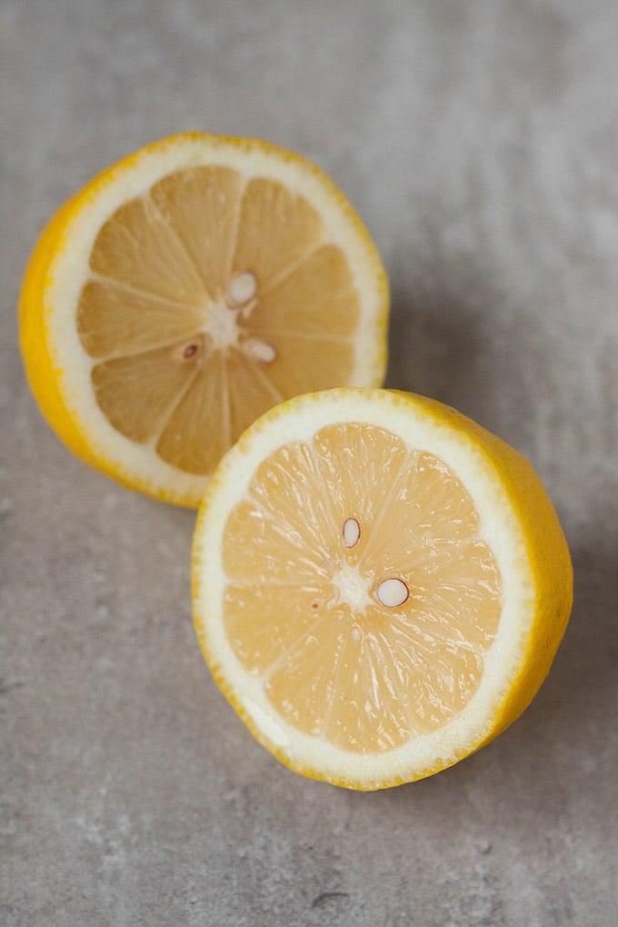 Werbung. Zitrone für die 5-Minuten Gurken-Spaghetti mit Joghurt, Zitrone und Dill. Dieses Rezept aus sechs Zutaten ist erfrischend, schnell gemacht und richtig lecker. Unbedingt ausprobieren - kochkarusell.com