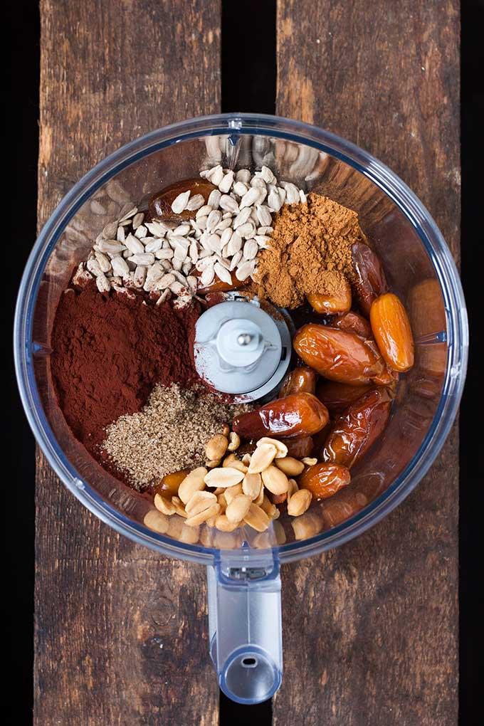 Werbung. No Bake Schoko Erdnuss Energy Bites. Dieses 7-Zutaten Rezept ist schnell gemacht und der perfekte Snack für zwischendurch. Schokolade und Erdnuss geht einfach IMMER - kochkarussell.com