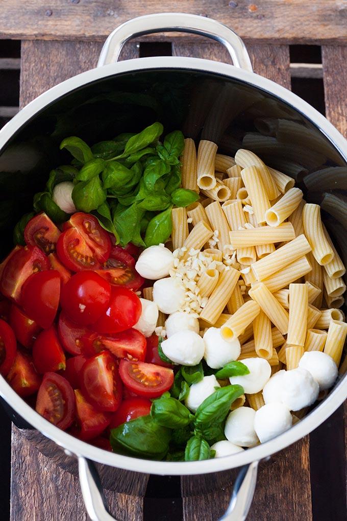 One Pot Pasta mit Tomaten und Mozzarella - Kochkarussell.com