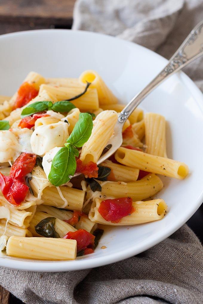 Werbung. One Pot Pasta mit Tomaten und Mozzarella. Dieses 15-Minuten Rezept erfordert nur einen Topf und eine Handvoll frische Zutaten. Unbedingt probieren - kochkarussell.com