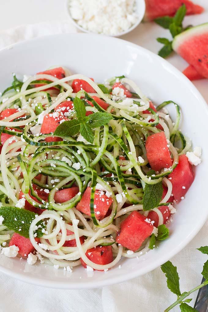 Schneller Wassermelonen-Feta-Salat mit Gurken-Spaghetti - Kochkarussell.com