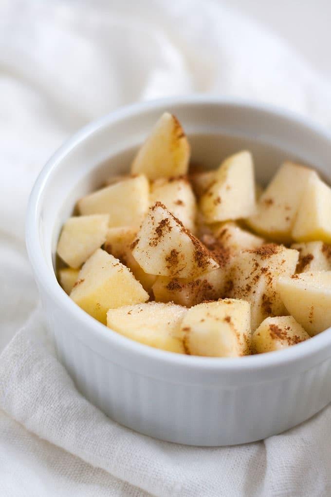 Einfacher Apple Crumble. Dieses 7-Zutaten Rezept ist vollgepackt mit dicken Apfelstücken und buttrigen Knusperstreuseln. Bonus: Nur 10 Minuten Vorbereitungszeit. Super praktisch und verdammt lecker - Kochkarussell.com