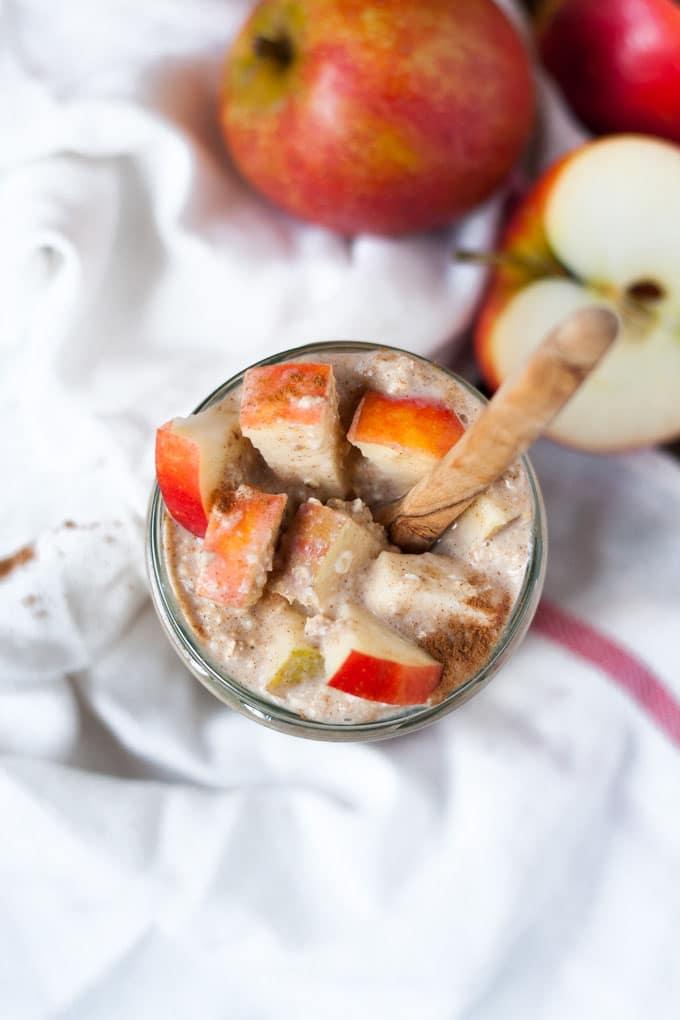 Die Apple Pie Overnight Oats schmecken wie Apfelkuchen zum Löffeln. Schnell, einfach und genial gut -Kochkarussell.com