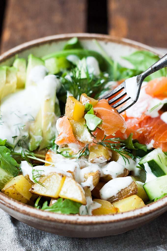 Kartoffel Lachs Power Bowl. Die perfekte Mischung aus knusprig, cremig und knackig - Kochkarussell.com