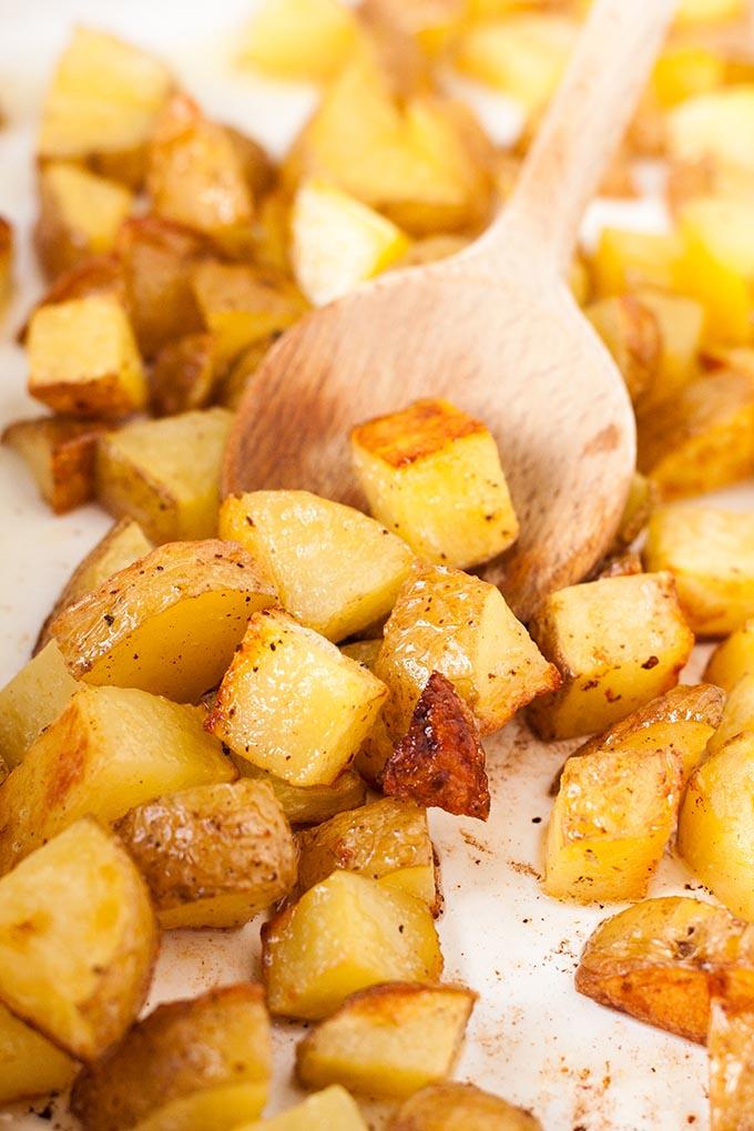 Werbung. Knusprige Kartoffelwürfel für die Kartoffel Lachs Power Bowl - Kochkarussell.com