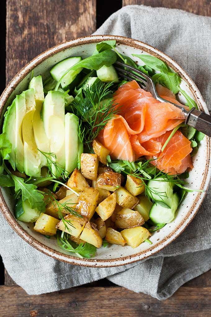 Werbung. Kartoffel Lachs Power Bowl. Schnell, leicht und richtig lecker - Kochkarussell.com