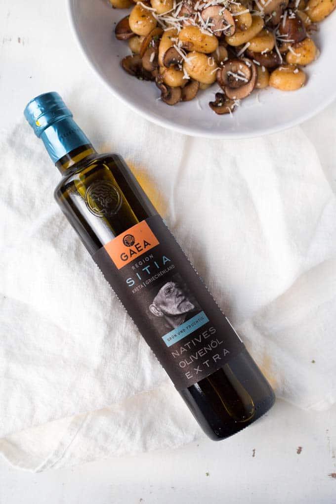 Für die Gnocchi mit Champignons und Parmesan braucht ihr nur sechs Zutaten. 20 Minuten und SO lecker - kochkarussell.com
