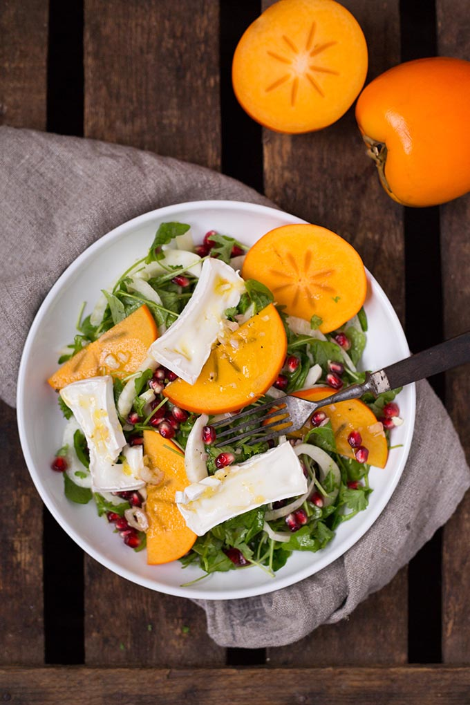 Wintersalat mit Persimon®, Granatapfel und Orangen-Dressing. Einfach, kunterbunt und super lecker - Kochkarussell.com