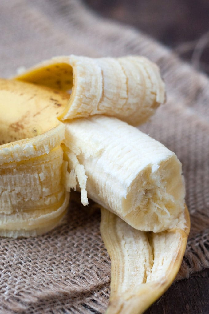 Banane auf dunklem Holzhintergrund für die Bananen-Schoko Overnight Oats - Kochkarussell.com