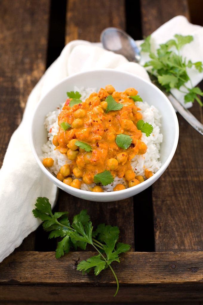 Werbung. Kichererbsen-Curry mit Kokosmilch. Dieses 30-Minuten Rezept ist schnell, einfach und unglaublich cremig - Kochkarussell.com
