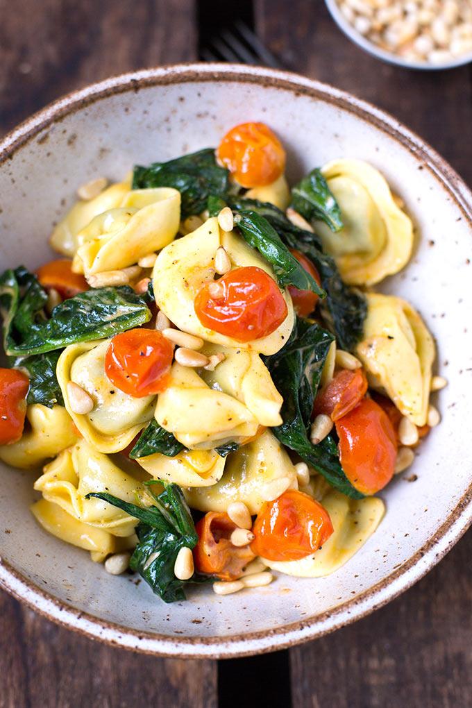 Tortellini mit Tomaten-Sahnesauce und Spinat. Dieses 15-Minuten Rezept ist schnell, einfach und super lecker! - Kochkarussell.com