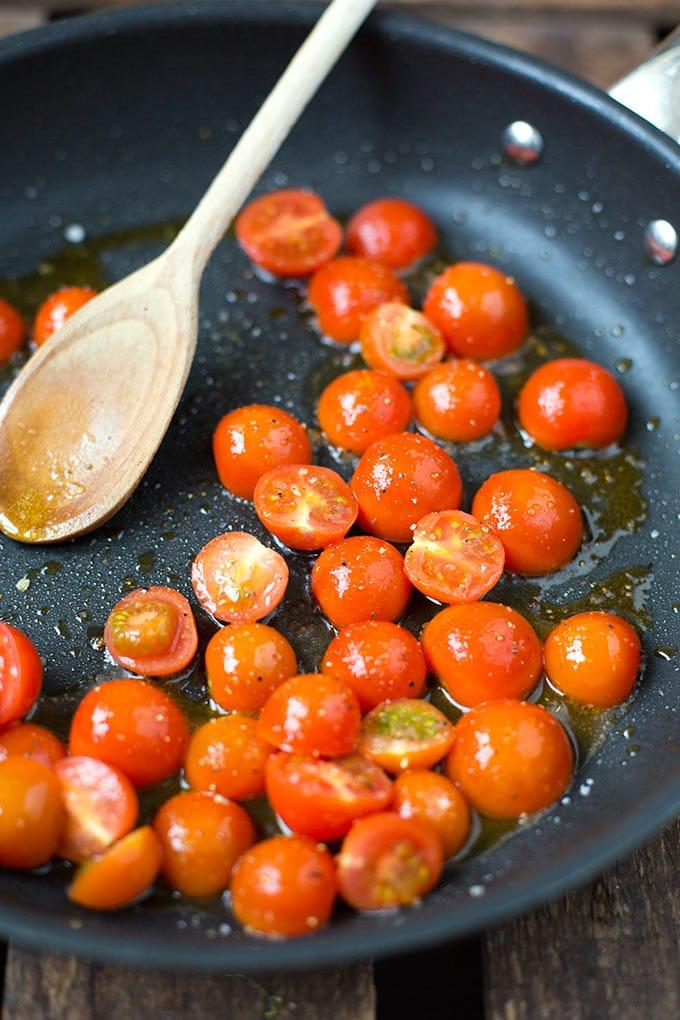 Gebratene Tomaten für die Tortellini mit Tomaten-Sahnesauce und Spinat - Kochkarussell.com
