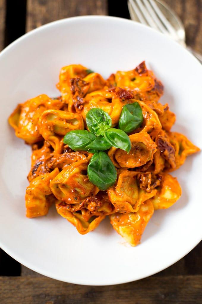 Tortellini mit Tomatensauce und Basilikum: 15 schnelle und einfache Vorratskammer-Rezepte. - Kochkarussell.com #rezepte #schnellundeinfach #feierabendküche