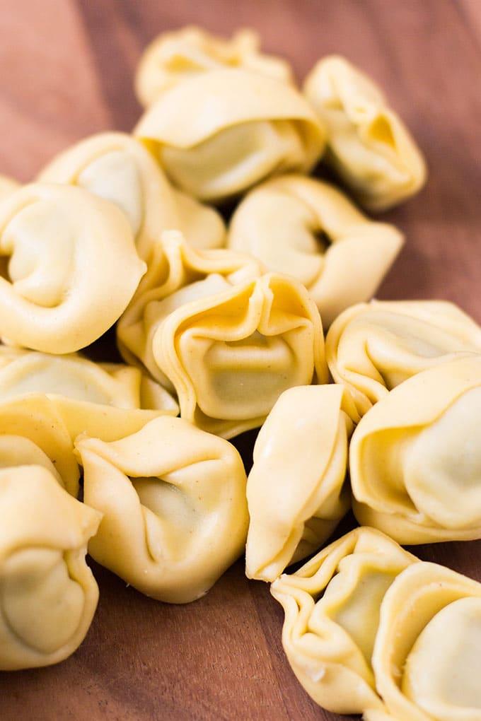 Tortellini für die Tortellini mit Tomatensauce und Basilikum - Kochkarussell.com