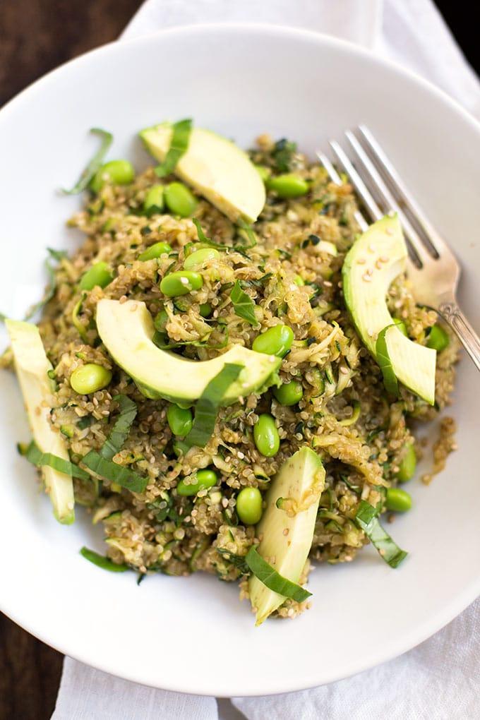 Veganer Quinoa-Salat mit Avocado und Zucchini. Einfach, saftig, gut - Kochkarussell.com