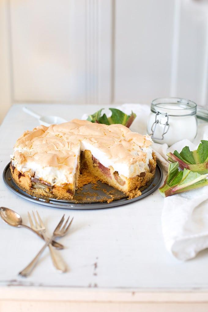 Werbung. Einfacher Rhabarberkuchen mit Baiser und Marzipan. Dieses schnelle Rezept begeistert garantiert ALLE - Kochkarussell.com