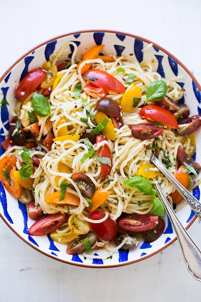 Schnelle Pasta mit Tomaten und Basilikum und 10 weitere Tomatenrezepte warten auf euch. Die Tomatensaison ist im vollen Gange und im Kochkarussell findet ihr nun 11 schnelle und leckere Rezeptideen, um eure selbstgeernteten Tomaten lecker zu verarbeiten. Kochkarussell - Foodblog für schnelle und einfache Feierabendküche