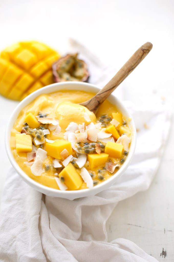 Mango Smoothie Bowl mit Banane und Maracuja. Dieses Rezept ist schnell, einfach und perfekt für den Sommer - Kochkarussell.com