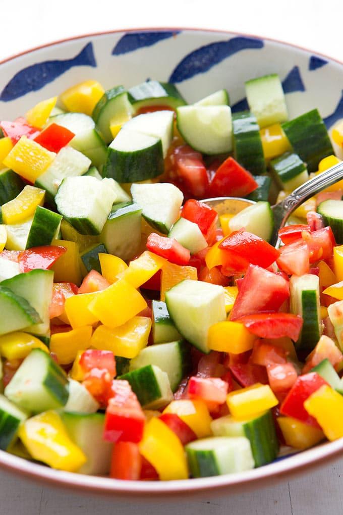 Vegetarischer Reissalat mit Gemüse. Dieses Rezept ist schnell, super lecker und der Hit bei jeder Grillparty - Kochkarussell.com