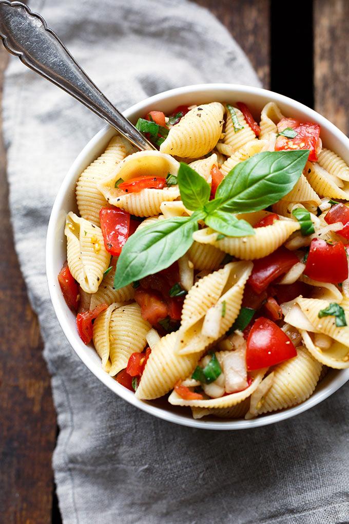 11 schnelle und einfache Grillbeilagen. Dieser Bruschetta-Nudelsalat mit Tomaten und Basilikum ist perfekt für BBQ, Grillfeier und Picknick, das müsst ihr probieren! - Kochkarussell.com - #grillen #bbq #beilagen #rezept