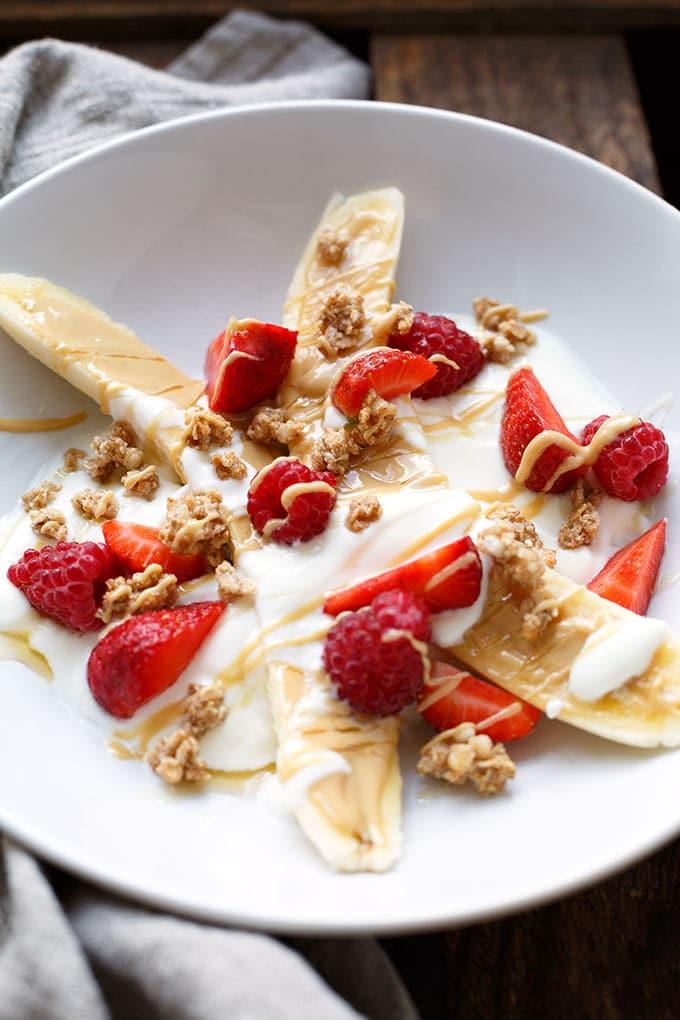 5-Minuten gesundes Banansplit. Dieses gesunde Snack-Rezept ist einfach und super lecker - Kochkarussell.com