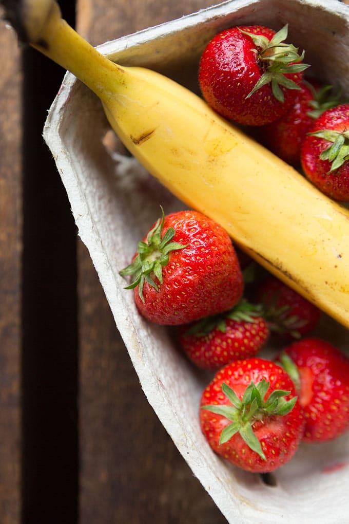 Banane und Erdbeeren für 5-Minuten gesundes Bananensplit - Kochkarussell.com