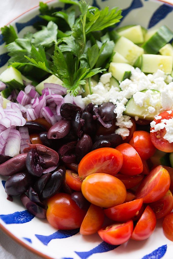 Griechischer Tortellinisalat mit Tomaten, Gurken, Oliven, Feta und Käse-Tortellini. Dieser einfache Sommersalat ist perfekt für Picknick und Grillfest - Kochkarussell.com