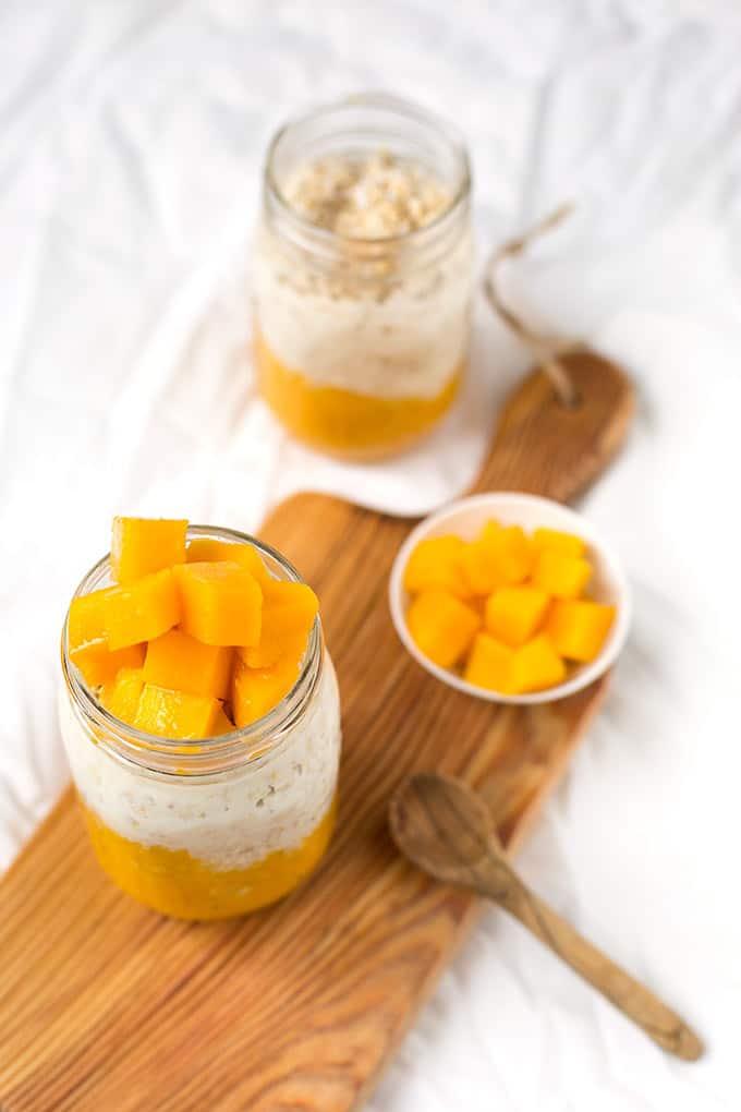 Cremig-fruchtige Mango Kokos Overnight Oats mit Haferflocken, Milch, Kokosflocken, Mango und ein wenig Ahornsirup. Super einfach und richtig lecker!