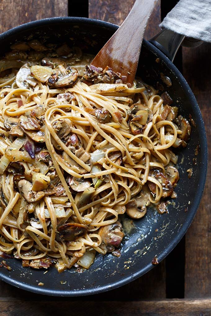 Pasta mit Pilz-Sahne-Sauce und Fenchel. Nudeln, Champignons, Fenchel, Knoblauch und eine cremige Sahnesauce. Super einfach und absolutes Soulfood! - Kochkarussell.com