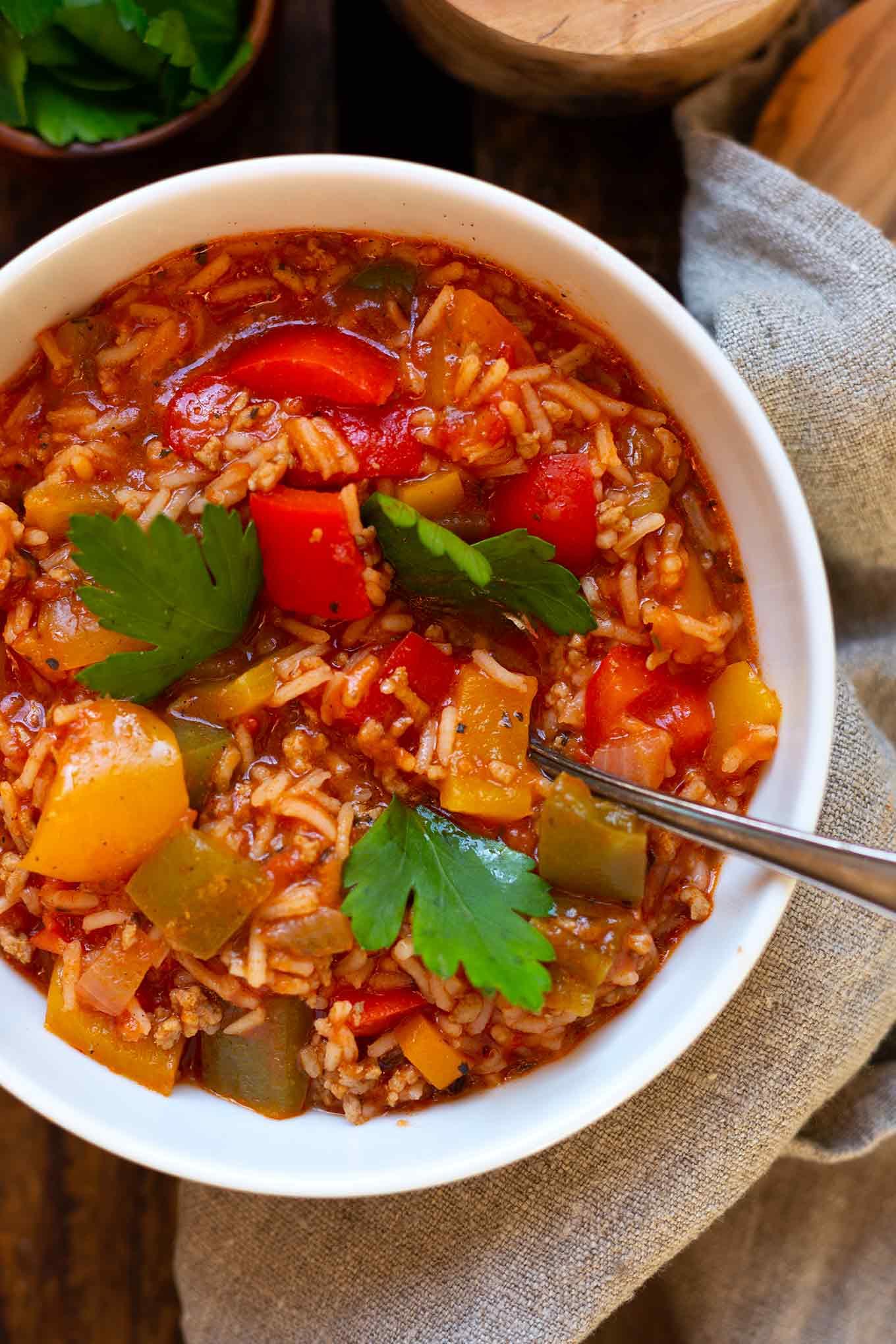Die gefüllte Paprika Suppe (Stuffed Pepper Soup) ist die perfekte Alternative zu gefüllter Paprika mit Hackfleisch, Paprika Tomaten und Reis. Nur halb so aufwendig & herrlich herzhaft! Kochkarussell - dein Foodblog für schnelle und einfache Feierabend Rezepte #kochkarussell #stuffedpeppersoup #soulfood #feierabendküche