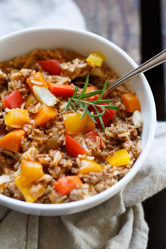 Stuffed Peppers Soup ist die perfekte Alternative zu gefüllter Paprika.  Nur halb so aufwendig, herzhaft und schnell gemacht. Mit Paprika, Hackfleisch, Tomaten, Karotte und Reis! - Kochkarussell.com