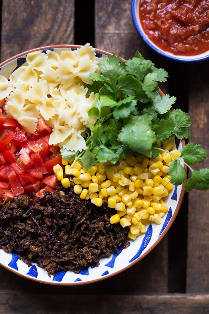 Werbung. Einfacher Taco Nudelsalat mit würzigem Hackfleisch, Tomaten, Nudeln, Mais, Koriander und Taco Sauce. Super schnell gemacht und SO gut - Kochkarussell.com