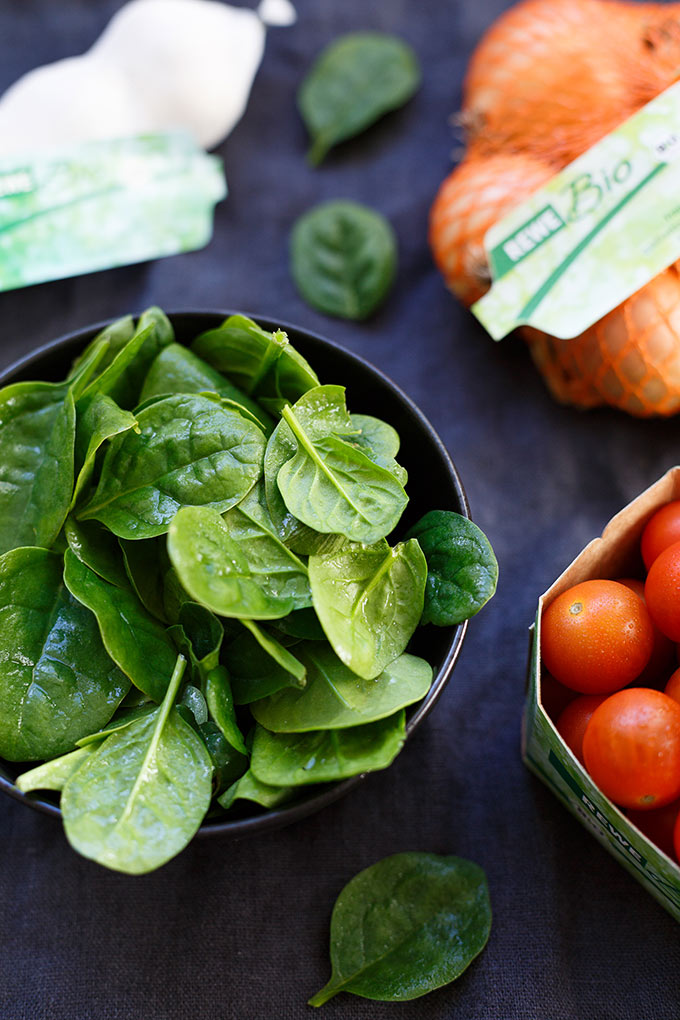 Werbung. Kokos-Curry mit Spinat und Tomaten. Dieses 30-Minuten Rezept ist schnell, vegan und unglaublich cremig! - Kochkarussell.com