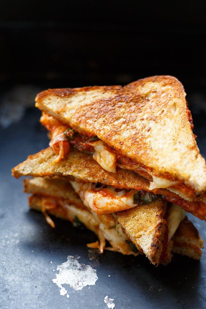 Werbung. Köstliches Pizza Grilled Cheese Sandwich mit würziger Tomatensauce, Basilikum, Oregano und einer Wagenladung geschmolzenem Käse. Dieses Rezept ist super einfach und SO gut - Kochkarussell.com
