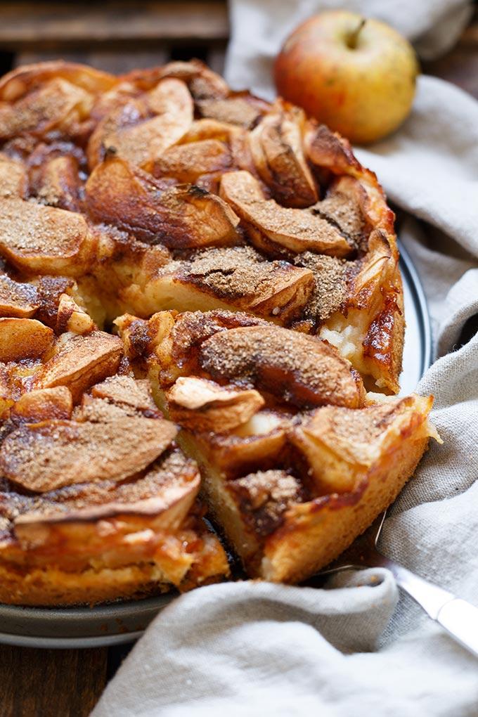 Werbung. Saftiger Apfelkuchen mit Apfelmus. Dieses Rezept ist leichter als normaler Apfelkuchen, vollgepackt mit Äpfeln und Zimt und super einfach! - Kochkarussell.com