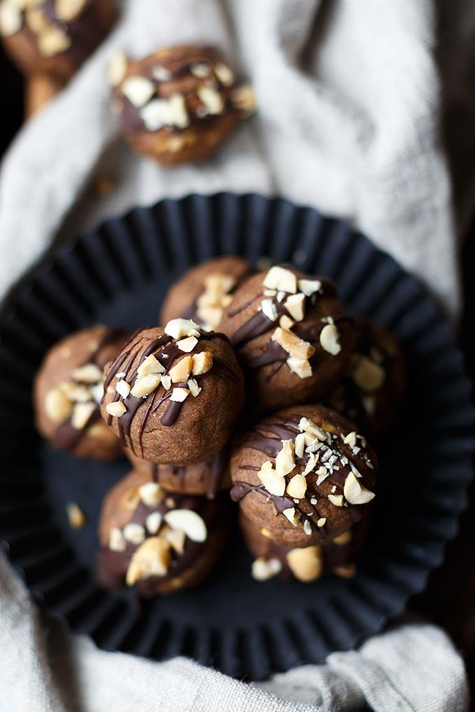 Werbung. Einfache Schoko-Erdnuss-Kugeln aus fünf Zutaten. Dieses Last-Minute Weihnachts-Rezept geht richtig schnell - Kochkarussell.com