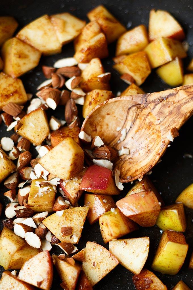 Apfel-Zimt-Porridge mit Hirse. Dieses schnelle 7-Zutaten Rezept ist einfach, gesund und super lecker! - Kochkarussell.com