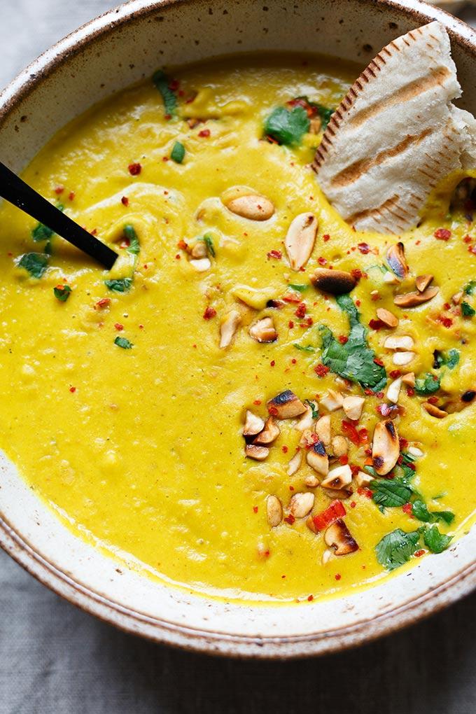 Werbung. Goldene Kokos-Linsensuppe. Dieses einfache 30-Minuten Rezept ist gesund und SO lecker - Kochkarussell.com