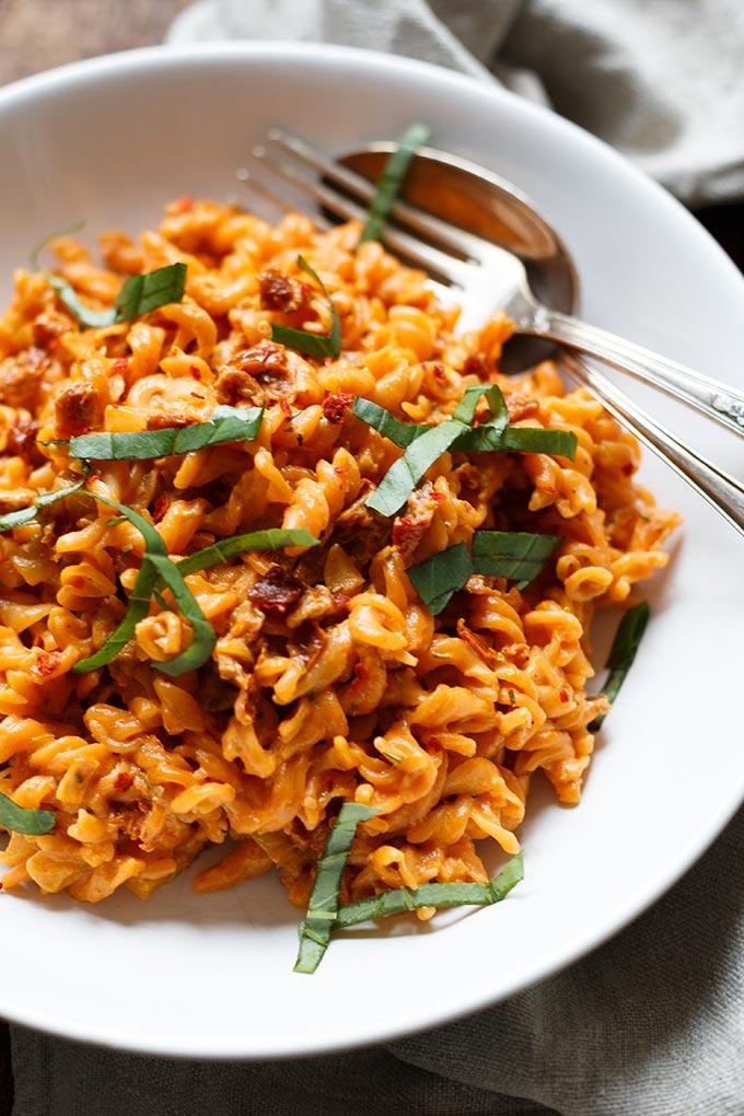 Rote Linsen Pasta mit cremigster Getrocknete Tomaten-Sauce. Dieses 20-Minuten Rezept ist perfekt für den Feierabend und SO gut - Kochkarussell.com