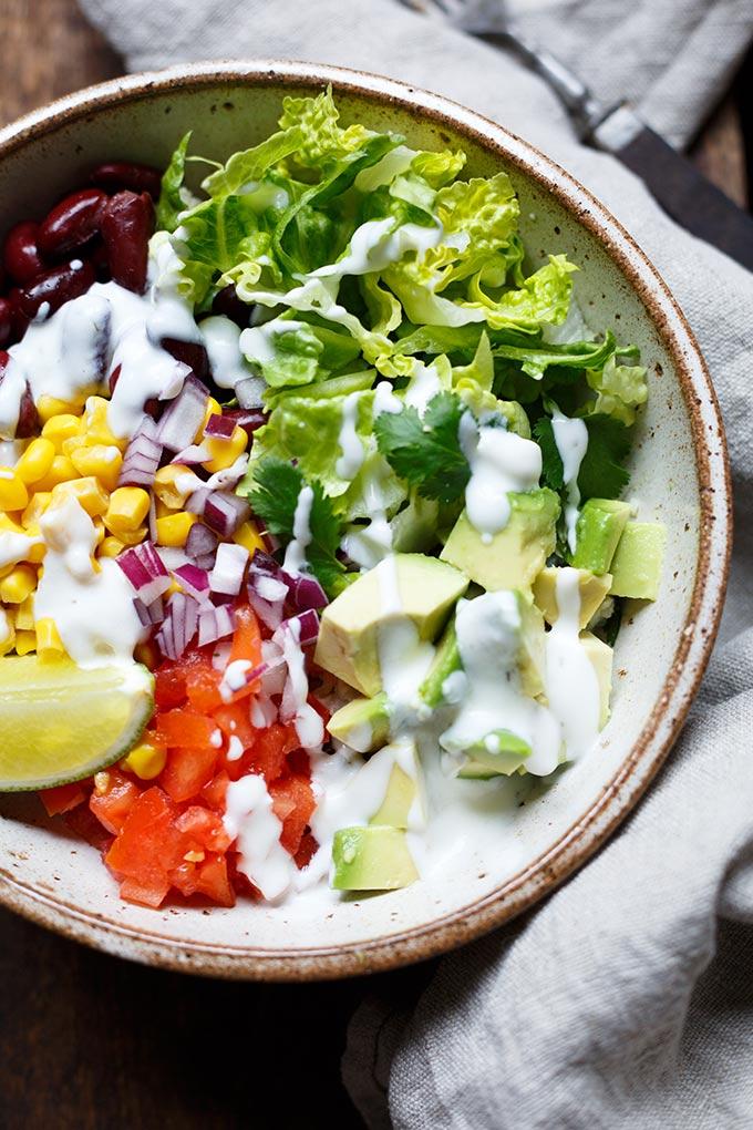 30-Minuten Veggie Burrito Bowl. Dieses Rezept ist vollgepackt mit Gemüse, einfach, bunt, cremig und SO lecker! - Kochkarussell.com