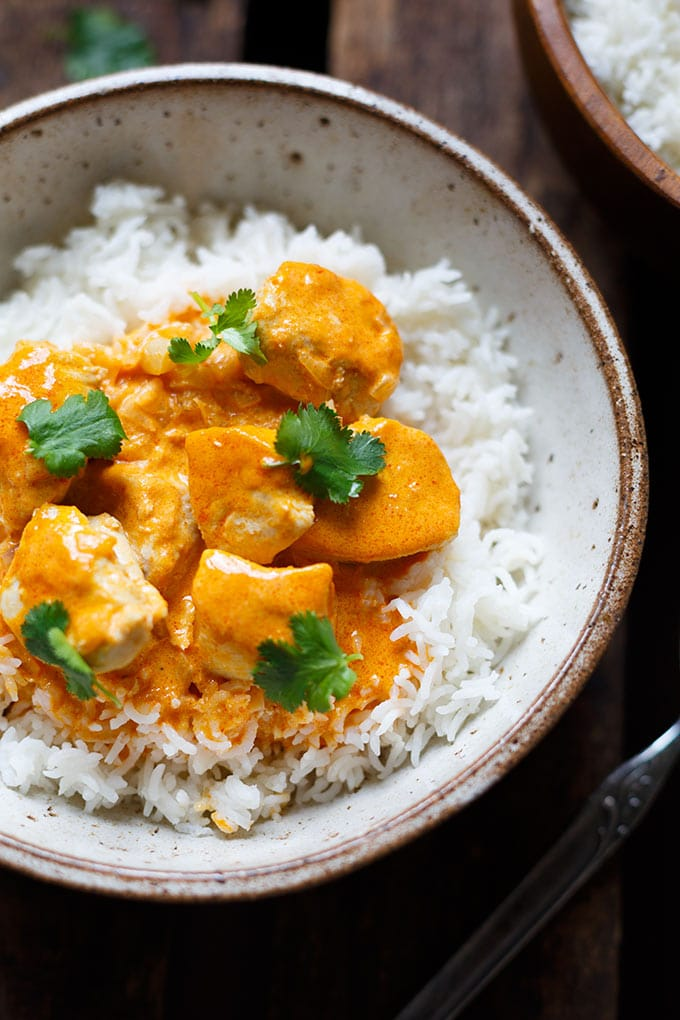 Werbung. OMG! Einfaches Chicken-Curry mit Kokosmilch ist das perfekte Feierabend-Rezept! Nur 8 Zutaten und in 30 Minuten auf dem Tisch! - Kochkarussell.com #curry #chicken #thaifood #rezept